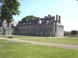Le château de Quintin est en fait constitué de deux châteaux : deux châteaux dans un même parc, au cœur de la petite cité de caractère de Quintin : un château du xviiie siècle, inachevé, inscrit le 28 mai 1951 au titre des monuments historiques, et un château du xviie siècle, qui fait l'objet d'un classement au titre des monuments historiques depuis le 4 novembre 19832.